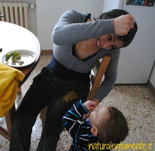 buffo incidente durante il nudismo casalingo del piccolo Attilio