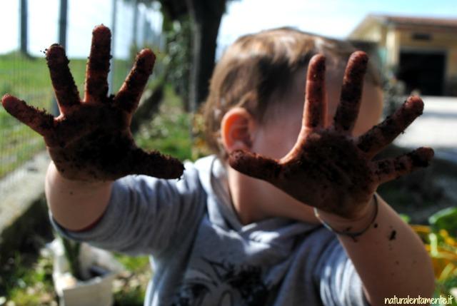 mani sporche di terra
