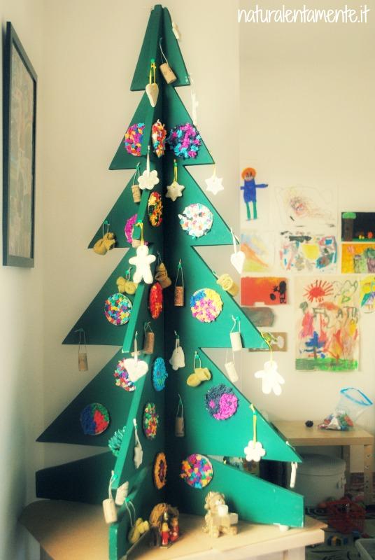 Il nostro eco albero di Natale. Struttura in legno fatta da mio padre più di 20 anni fa, con addobbi fatti a mano da noi: decorazioni in cartone e carta crespa, tappi di sughero, formine di pasta di sale, sacchetti ricavati da un vecchio maglione, pigne.